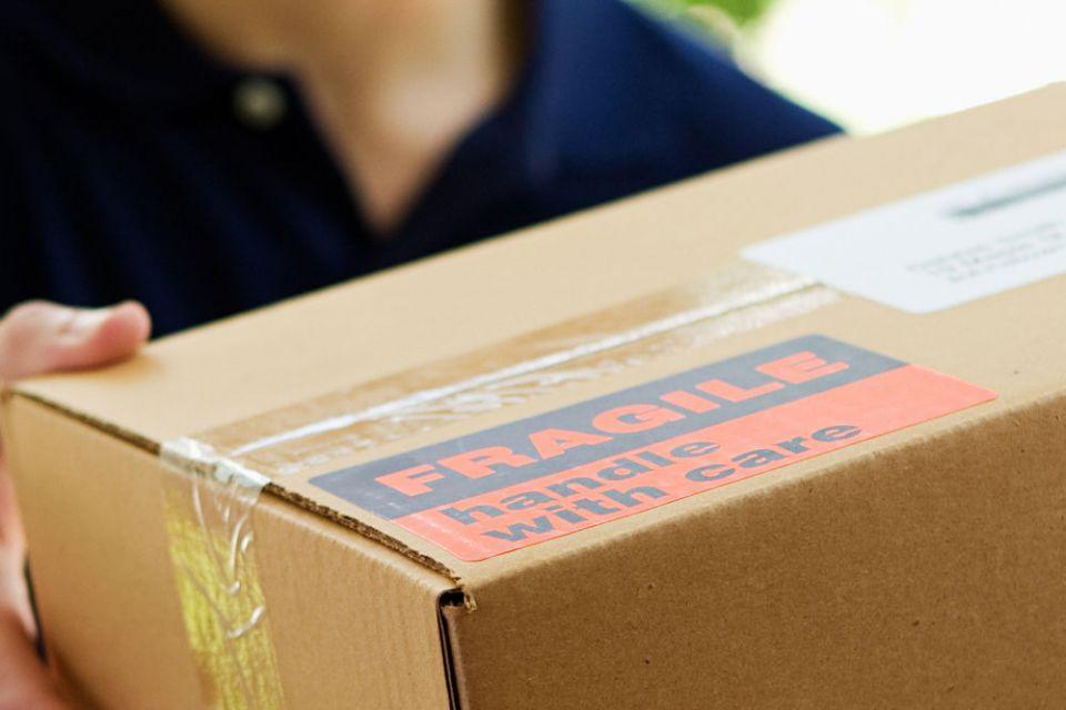 Rimuovere eventuali precedenti etichette o vecchi codici a barre. I pacchi con una superficie rovinata da vecchie etichette adesive, scritte, oppure leggermente danneggiati dal normale utilizzo, devono essere inscatolati.